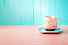 Kawowy kubek na jaskrawym menchii i błękita tle Fotografia Stock