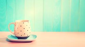 Kawowy kubek na jaskrawym menchii i błękita tle Obrazy Royalty Free