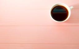 Kawowy kubek na jaskrawym różowym tle Zdjęcia Royalty Free