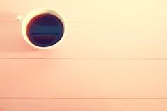 Kawowy kubek na jaskrawym różowym tle Obrazy Stock
