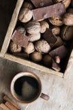 Kawowy kubek na wieśniaka stole Zdjęcie Royalty Free