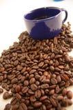 Kawowy kubek od kawowych fasoli Zdjęcie Royalty Free