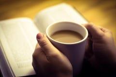 Kawowy kubek w ręce, selekcyjna ostrość Obraz Royalty Free