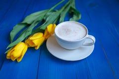 Kawowy kubek z żółtymi tulipanowymi kwiatami Obrazy Royalty Free