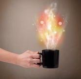 Kawowy kubek z abstrakt kontrparą i kolorowymi światłami Obrazy Stock