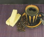 Kawowy kubek z ciastkami i kawowe fasole fotografia royalty free