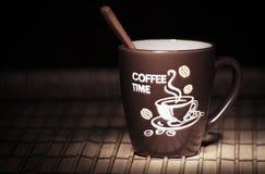 Kawowy kubek z drewnianą łyżką obrazy royalty free