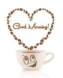 Kawowy kubek z kawowych fasoli kształtującym sercem z dnia dobrego znakiem Zdjęcie Stock