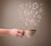 Kawowy kubek z ręki rysującymi kuchennymi akcesoriami Obraz Royalty Free