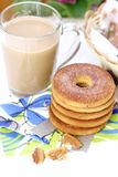Kawowy latte i ciastka Zdjęcia Royalty Free