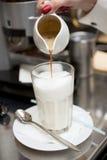 kawowy latte mleka dolewania przygotowywać Zdjęcia Royalty Free