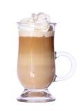 Kawowy Latte w szklanym irlandzkim kubku z opłatkiem odizolowywającym Obrazy Royalty Free