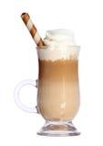 Kawowy Latte w szklanym irlandzkim kubku z opłatkiem odizolowywającym na bielu Zdjęcie Royalty Free