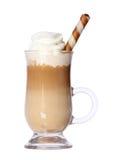 Kawowy Latte w szklanym irlandzkim kubku z opłatkiem odizolowywającym na bielu Zdjęcia Royalty Free