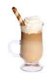Kawowy Latte w szklanym irlandzkim kubku z opłatkiem odizolowywającym na bielu Fotografia Royalty Free