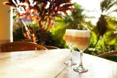 Kawowy latte w wysokich szkłach z ranku słońcem w lato kawiarni bac zdjęcia royalty free