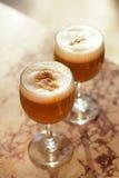 Kawowy latte w wysokich szkłach z ranku słońcem w lato kawiarni bac obraz stock