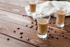 Kawowy liqueury z kawowymi fasolami zdjęcia royalty free