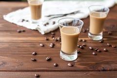 Kawowy liqueury z kawowymi fasolami zdjęcie stock