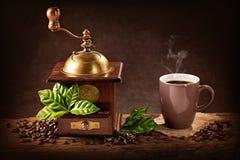 Kawowy młyn i filiżanka kawy zdjęcie stock