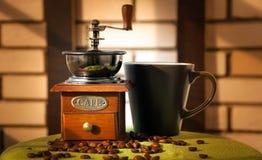 Kawowy młyn i kubek Zdjęcie Stock