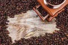 Kawowy młyn i rama kawowe fasole, odgórny widok Fotografia Stock