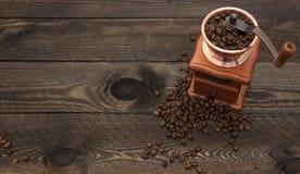 Kawowy młyn na drewnianym tle Fotografia Stock