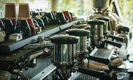Kawowy maszynowy producent w sklep z kawą Fotografia Stock