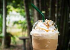Kawowy miesza wewnątrz plastikową filiżankę Słuzyć z batożącą kremową polewą zdjęcia stock