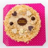 Kawowy migdałowy urodzinowy tort na białym tle zdjęcia royalty free