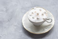 Kawowy napój, marshmallows i cynamon na szarym tle, zdjęcia stock