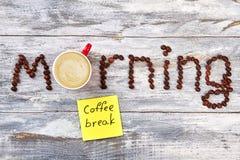 Kawowy napój wśród kawowych listów Fotografia Stock