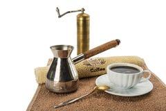 Kawowy ostrzarz, kawowy garnek, filiżanka z czarną kawą Obrazy Royalty Free