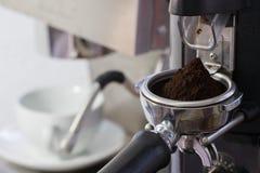 Kawowy ostrzarz mleje świeżo piec kawowe fasole Zdjęcie Stock