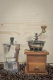 Kawowy ostrzarz na drewnianym tle Zdjęcie Royalty Free