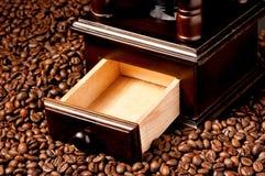 Kawowy ostrzarz z fasolami Zdjęcie Royalty Free