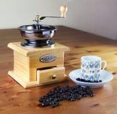 Kawowy ostrzarz z filiżanką kawy Fotografia Stock