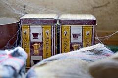 Kawowy pakunek na stole z pająk siecią wokoło Rocznika styl, stary pokój Fotografia Royalty Free