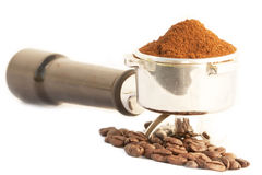 Kawowy portafilter z kawową fasolą horyzontalną Zdjęcie Royalty Free