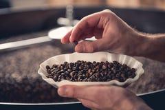 Kawowy prażalnik kontroluje narządzanie fasole Fotografia Royalty Free
