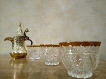Kawowy producent Arabski z filiżankami 3 obraz stock