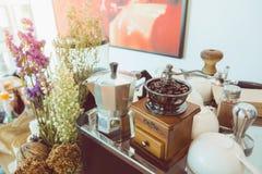Kawowy producent i kawowy ostrzarz w sklep z kawą Obrazy Royalty Free