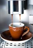 Kawowy producent nalewa świeżą kawy espresso kawę w filiżance obraz stock