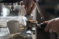 Kawowy robić proces; kawy espresso filiżanka i kawy maszyna; Obraz Stock
