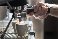 Kawowy robić proces; kawy espresso filiżanka i kawy maszyna; Zdjęcia Stock