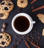 Kawowy skład na ciemnym stole Zdjęcia Stock
