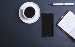 Kawowy smartphone i notatniki zdjęcie stock