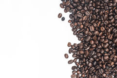 Kawowy tło z fasolami i białą filiżanką kosmos kopii obraz stock