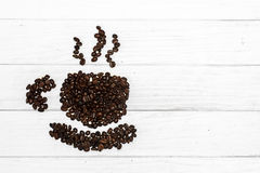 Kawowy tło z fasolami i białą filiżanką kosmos kopii zdjęcia royalty free