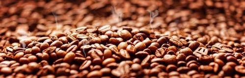 Kawowy tło z fasolami, Kawowy prażak zdjęcie stock